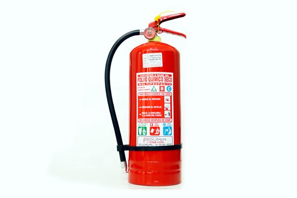 Extintores 6 kilos Portátiles ABC al 40% y 90%, alto rendimiento con carga de Polvo Químico Seco Multipropósito certificados. Aplicaciones: Indicados para incendios clase ABC, con alta eficiencia y seguridad. Éste extintor es recomendado para ser utilizado en áreas grandes y locales donde se encuentren equipos de alto valor. Apaga el fuego desplazando el oxígeno del área, disminuye la temperatura y le forma una película aislante al oxígeno. Cantidad según carga de combustible.